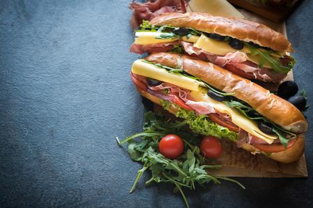Juicy U-Boot-Sandwich und Cola auf dem Tisch, selektiven Fokus und Kopie Raum