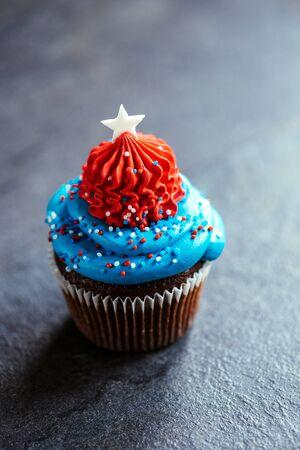 미국 국기 장식, 7 월 개념의 4, 선택적 포커스와 초콜릿 컵 케이크