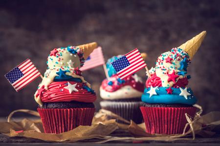 목조 배경, 선택적 포커스 위에 미국 국기 장식과 함께 달콤한 컵 케이크