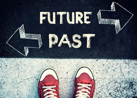 Étudiant debout au-dessus du signe futur et le passé, le concept de dilemme
