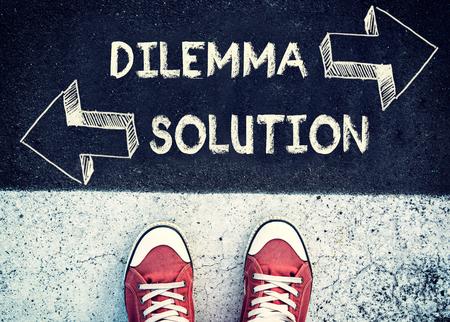 Schüler über dem Zeichen Dilemma stehen und Lösung