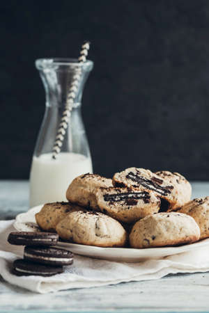 chocolate chip cookies: Chocolate chip cookies in the plate,selective focus