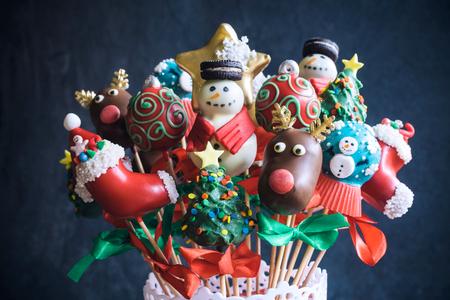 guirnaldas de navidad: Pastel de Navidad aparece ramo, enfoque selectivo