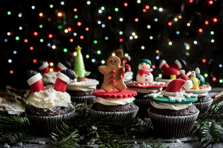 guirnaldas de navidad: Christmas sweet cupcakes on the table,selective focus Foto de archivo