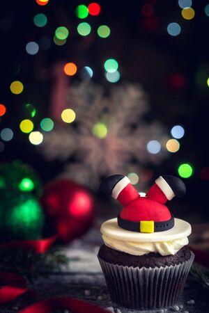 guirnaldas de navidad: Santa cupcake on Christmas decoration,selective focus Foto de archivo
