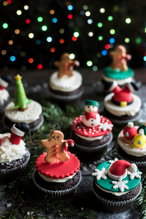 guirnaldas de navidad: Homemade Christmas sweet cupcakes on wooden background,selective focus