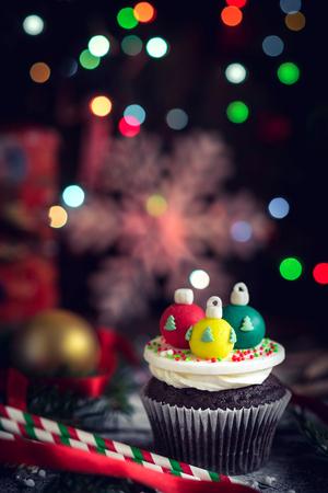 guirnaldas de navidad: Christmas decoration cupcakes on wooden background,selective focus