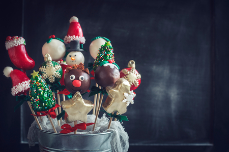 guirnaldas de navidad: Close up to Christmas cake pops on dark background with blank space Foto de archivo