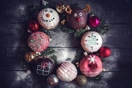 guirnaldas de navidad: Decoración de Navidad en donuts con espacio en blanco en el medio