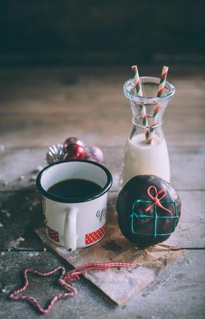 guirnaldas de navidad: Donut de regalo de Navidad con leche y café, enfoque selectivo Foto de archivo