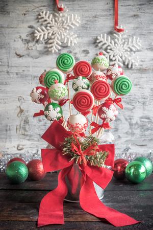 guirnaldas de navidad: Pastel de Navidad aparece servido en la mesa de madera, enfoque selectivo
