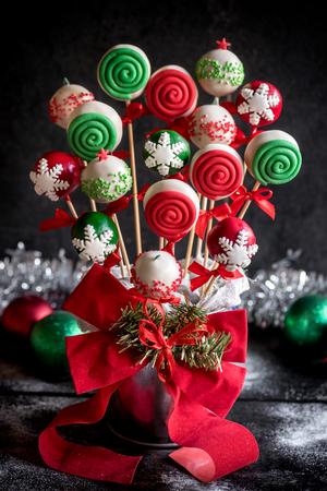 guirnaldas de navidad: Tortas de la taza de Navidad servido en la mesa de madera, enfoque selectivo