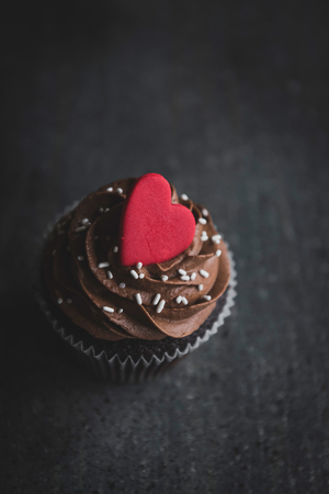 Romantic cup cake with chocolate cream served on the dark background,greating card,card, Banco de Imagens