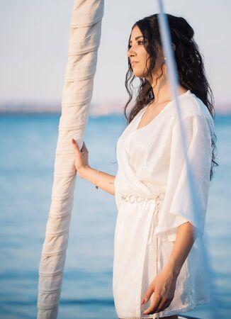 Schöne Frau posiert auf der Yacht