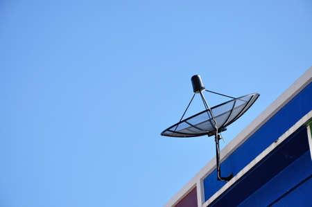 Antena parab�lica para a televis�o em casa, telhado, Tail�ndia