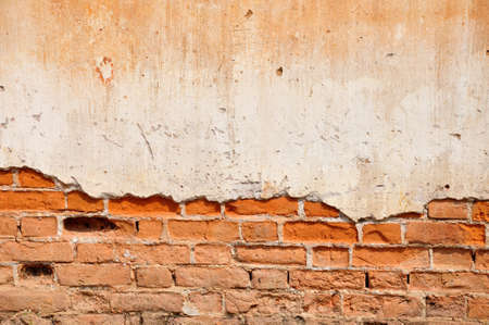 Red clay stained on the white exposed brick concrete wall  Banque d'images