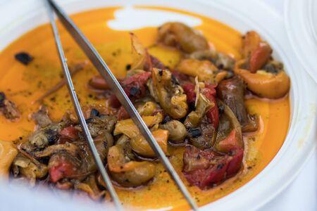 Peperonata, un tipico cibo siciliano con peperoni e olive