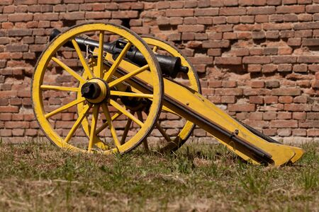 terezin: Vecchio cannone di fronte a un muro di mattoni Archivio Fotografico