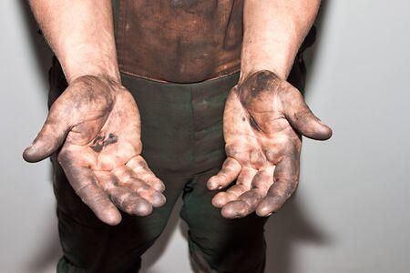 mecanico: Mecánico en un garage manos sucias con aceite