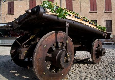 carreta madera: Carro de madera viejo cargado con uvas azules Foto de archivo