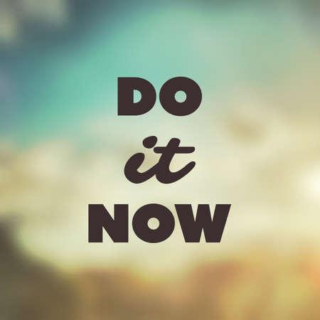 hacer: Ahora hágalo - inspirado de la cita, lema, el decir, escritura - Éxito del concepto de diseño, ilustración con etiqueta de fondo Imagen borrosa