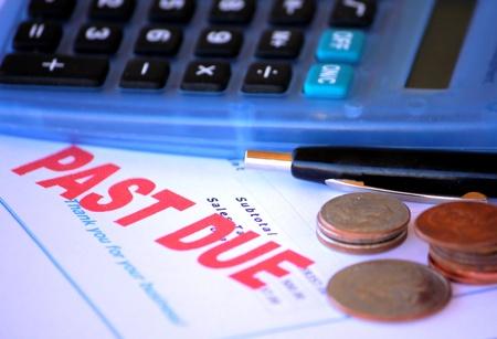 Überfällig Ankündigung mit Taschenrechner und nur eine geringe Menge an Kleingeld zur Verfügung. Standard-Bild