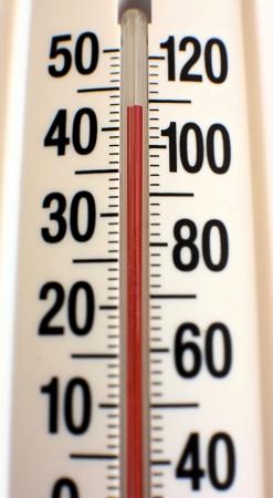 비정상적으로 더운 여름 온도를 보여주는 야외 온도계. 스톡 콘텐츠