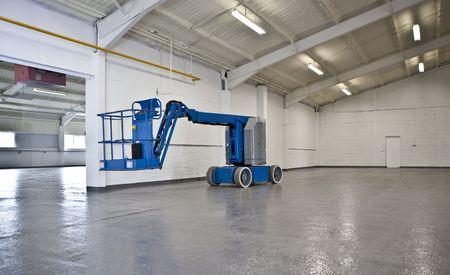 Plate-forme industrielle de grue �lev�e dans un entrep�t vide