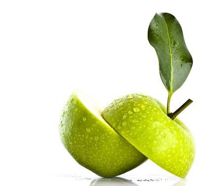 Deux halfs de pomme verte sur fond blanc