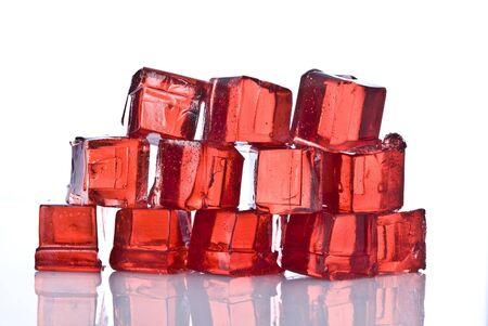 Cubes de g�latine rouge sur fond blanc