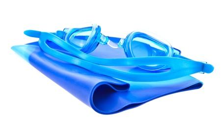 Gafas de nataci�n y una gorra azul sobre fondo blanco Foto de archivo - 13532912