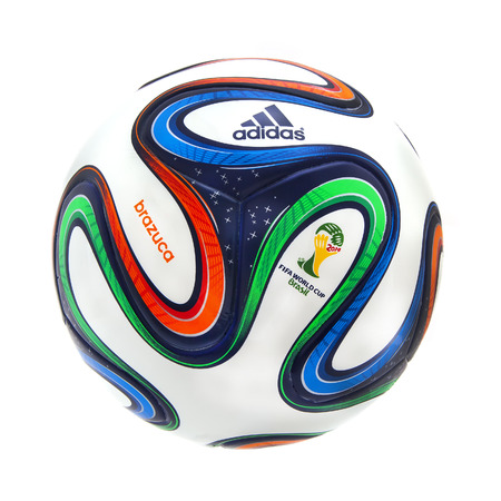 the world cup: SWINDON, Regno Unito - 8 gennaio 2014: Adidas Brazuca 2014 Coppa del Mondo di calcio, La Gazzetta Matchball per la Coppa del Mondo 2014 Editoriali