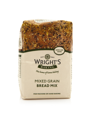bolsa de pan: Swindon, Reino Unido - 09 de febrero 2014: Bolsa de Wrights Mixed Grain Bread Mix sobre un fondo blanco