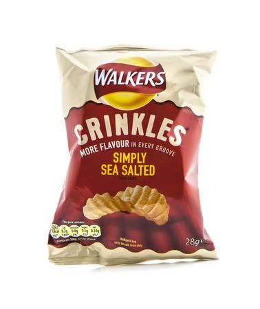 circuito integrado: Swindon, Reino Unido - 05 de febrero 2014: La bolsa de patatas fritas Walkers Crinkles Simply mar salados aislados en un fondo blanco. Walkers es un fabricante merienda comida brit�nica