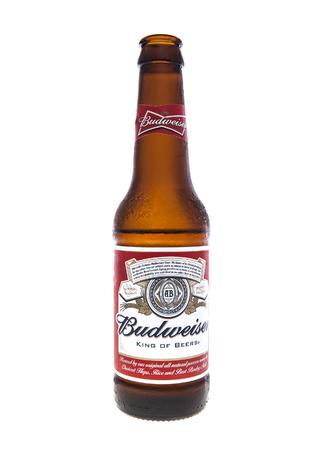 Swindon, Royaume-Uni - 16 f�vrier 2014: Ouvrir une bouteille de bi�re Budweiser sur un fond blanc