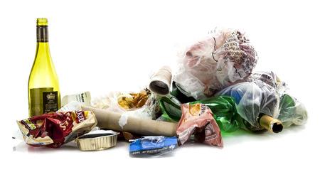 reciclable: Swindon, Reino Unido - 18 de febrero 2014: Pila de rubish mostrando así conocer los nombres de marca sobre un fondo blanco Editorial