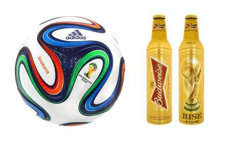 adidas: Swindon, Verenigd Koninkrijk - 8 januari 2014: Adidas Brazuca WK 2014 Voetbal met Flessen voor Budweiser, de officiële Matchball en Bier voor het WK 2014
