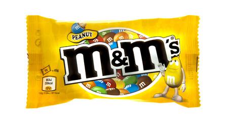 Swindon, Royaume-Uni - 9 mars 2014: paquet de chocolat au lait d'arachide M & M fait par Mars Inc. isol� sur fond blanc