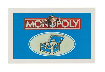 monopolio: Swindon, Reino Unido - 11 de junio 2014: Ingl�s Edici�n del Monopoly mostrando tarjeta Community Chest, El juego del comercio cl�sico de los hermanos de Parker fue introducido por primera vez a Am�rica en 1935.