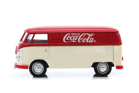 juguetes antiguos: Swindon, Reino Unido - 30 de diciembre 2014: Antiguo VW Van con logotipo de Coca-Cola en un fondo blanco Editorial