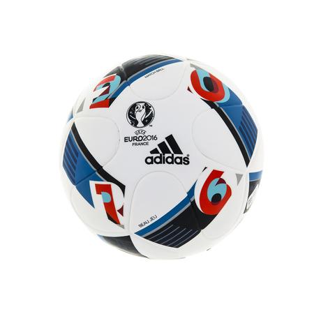 pelota: Swindon, Reino Unido - 2 de enero, 2016: Partido balón oficial de Adidas BEAU JEU para el torneo de fútbol de la UEFA EURO 2016 en Francia