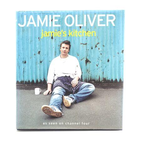SWINDON, HET UK - 11 NOVEMBER, 2017: Jamie Olivers Jamiies Kitchen Cook Book op een witte achtergrond Redactioneel