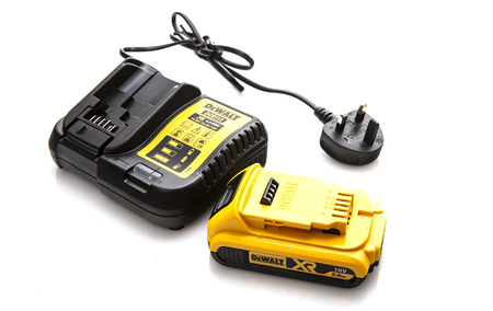SWINDON, UK - AUGUST 5, 2018: DeWalt DCB113 cordless power tool battery charger and battery on a white background Publikacyjne