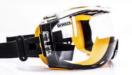 SWINDON, UK - AUGUST 18, 2018: Pair of DeWalt Safety Glasses on a White Background Publikacyjne
