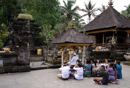 hindues: un grupo de hindúes de Bali orando en un templo Editorial