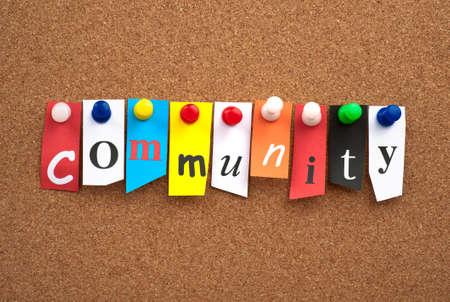 community group: Comunidad puestas en tablero de corcho de anuncios Foto de archivo
