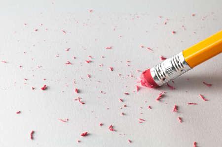 mistakes: Con un l�piz para borrar un error en una hoja de papel blanco Foto de archivo