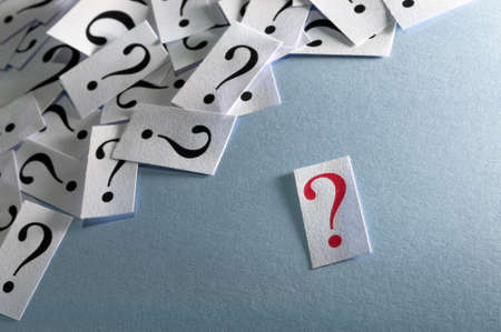 punto interrogativo: Interrogativo rosso, chiudere, troppi punti interrogativi su sfondo blu