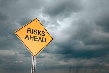 risks ahead: Amarillo carretera signo de alerta, Riesgos Ahead, 3d