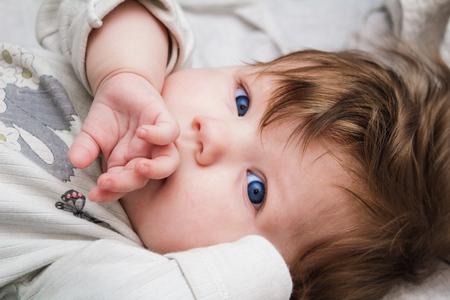 boca cerrada: El niño pequeño se cerró la mano la boca.